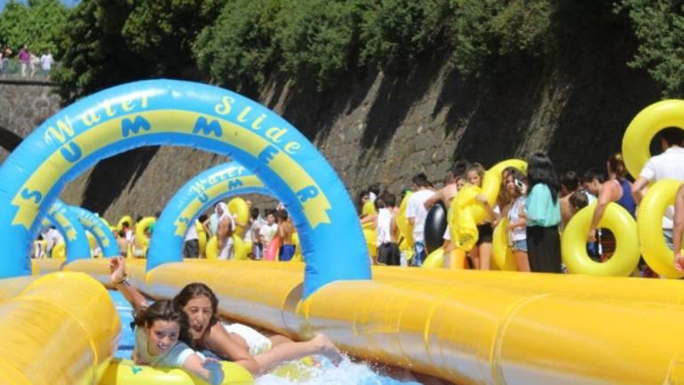 Escorregas gigantes em Penafiel atraíram centenas de participantes